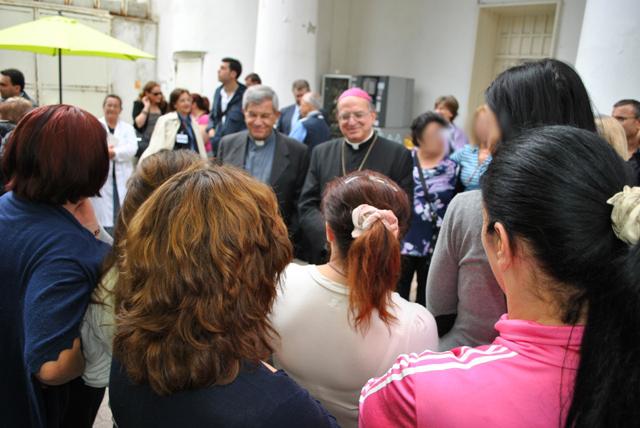 Il vescovo di Pozzuoli con le detenute del carcere femminile